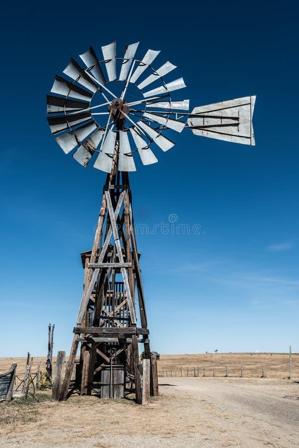 Vieux moulin à vent dans la ville fantôme photographie stock