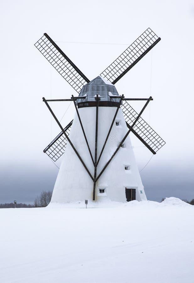 Vieux moulin à vent dans un paysage d'hiver en Estonie photo stock