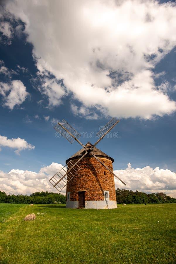 Vieux moulin à vent de Moravian dans l'heure d'été avec le ciel clair et les nuages blancs photos libres de droits
