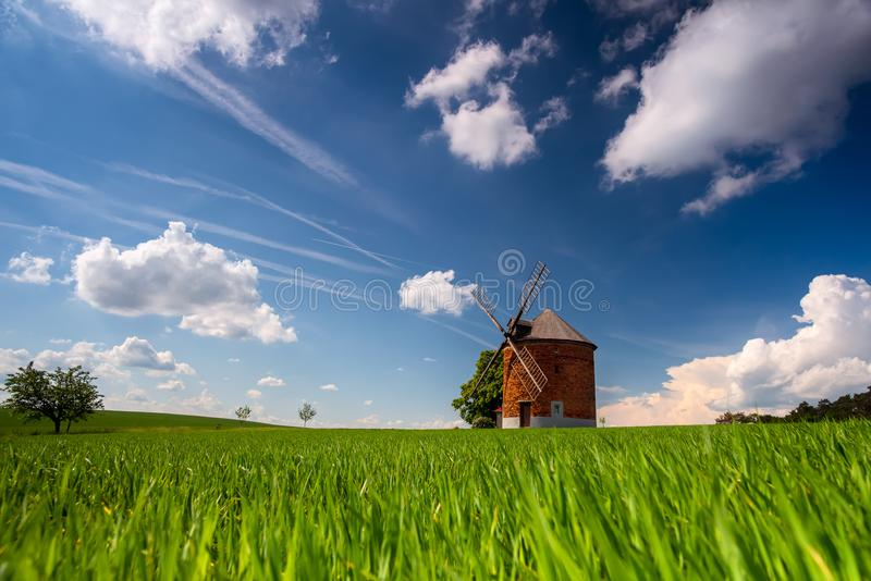 Vieux moulin à vent de Moravian dans l'heure d'été avec le ciel clair et les nuages blancs image stock