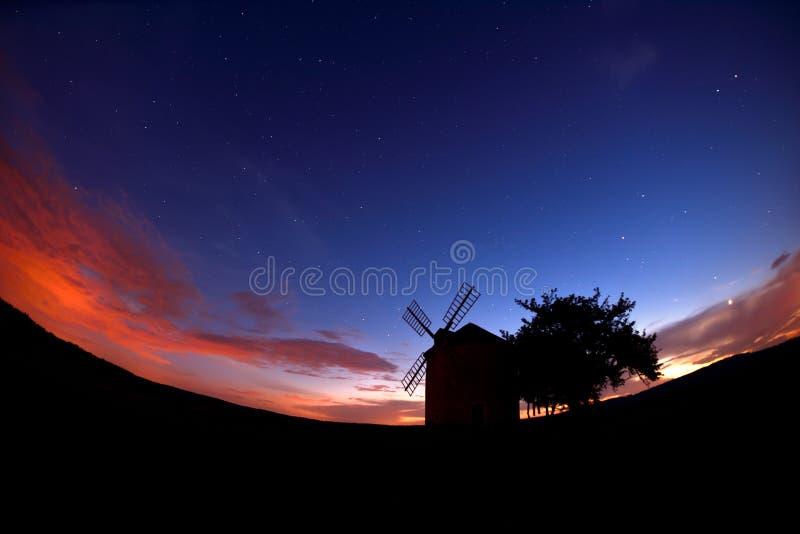 Vieux moulin à vent de Moravian pendant l'été au crépuscule photo stock