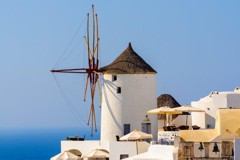 Vieux moulin à vent de ville d'Oia au jour ensoleillé, île de Santorini, Grèce image libre de droits