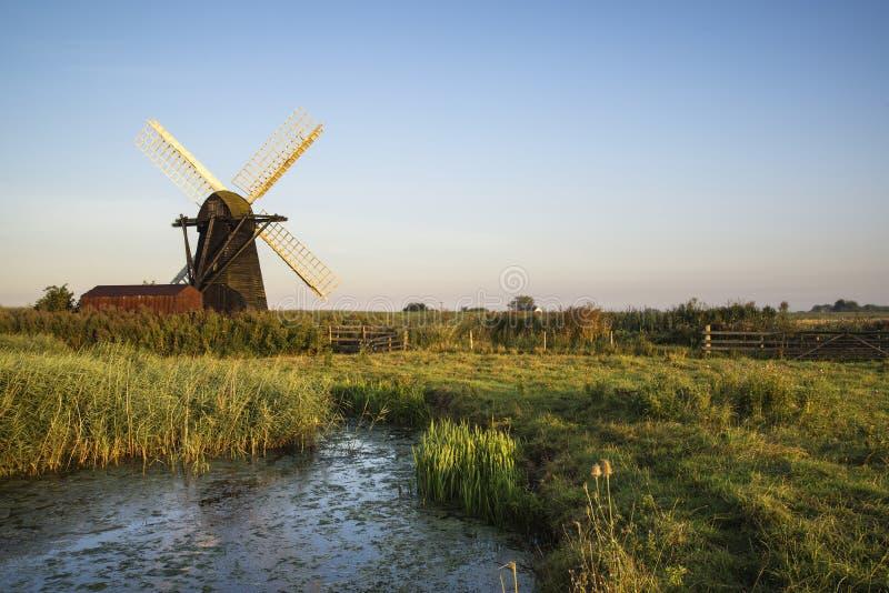 Vieux moulin à vent de windpump de drainage dans le paysage anglais de campagne photos libres de droits