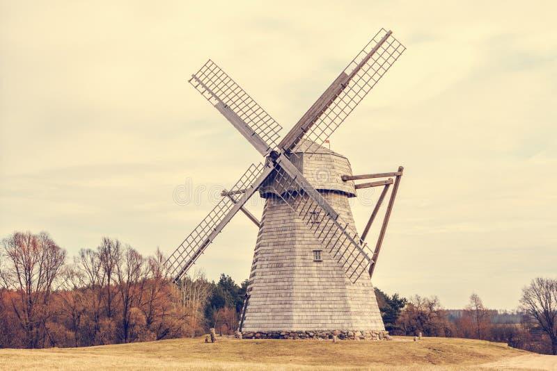 Vieux moulin à vent en bois photo libre de droits