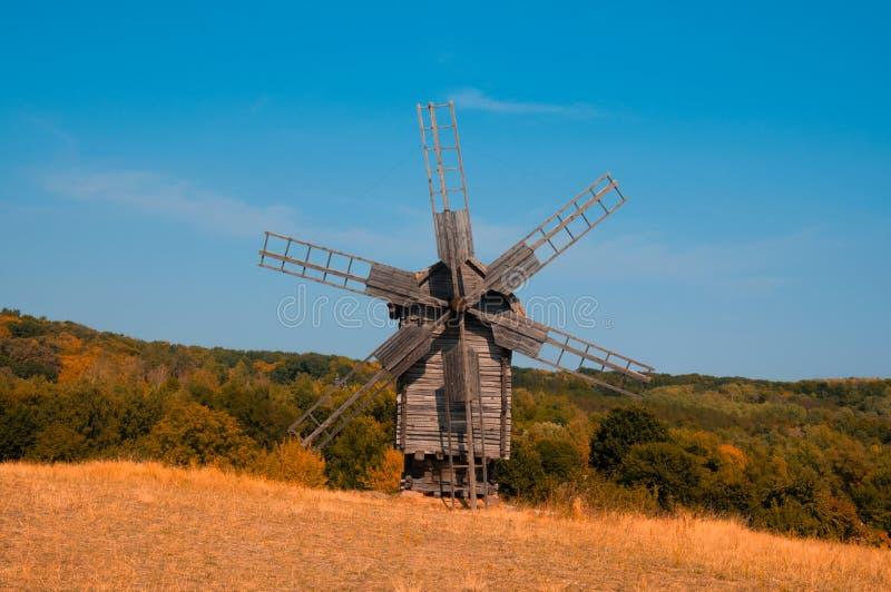 Vieux moulin à vent en bois dans la forêt image libre de droits