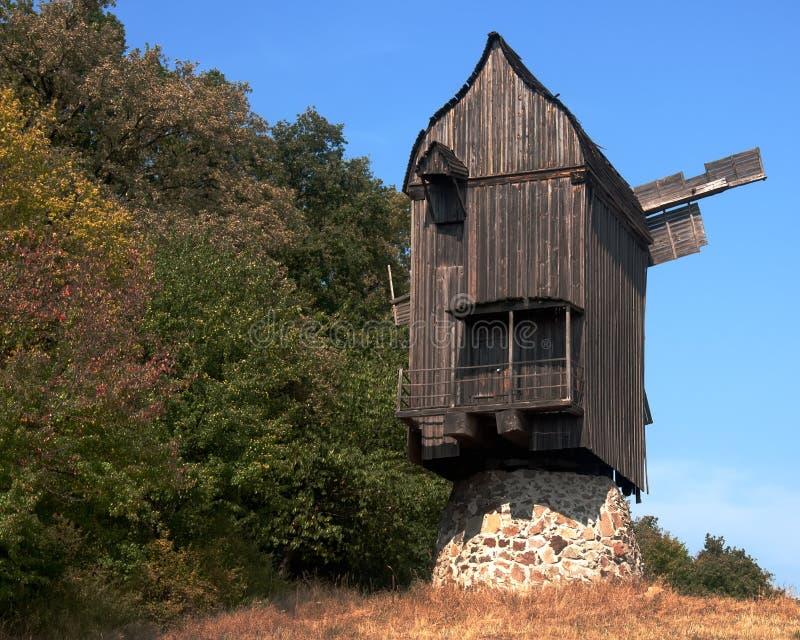 Vieux moulin à vent en parc, Ukraine photographie stock libre de droits