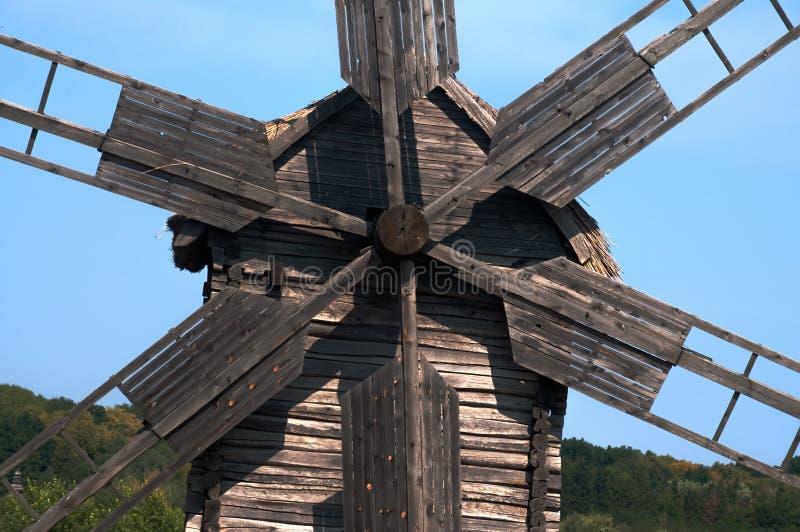 Vieux moulin à vent en parc, Ukraine images stock