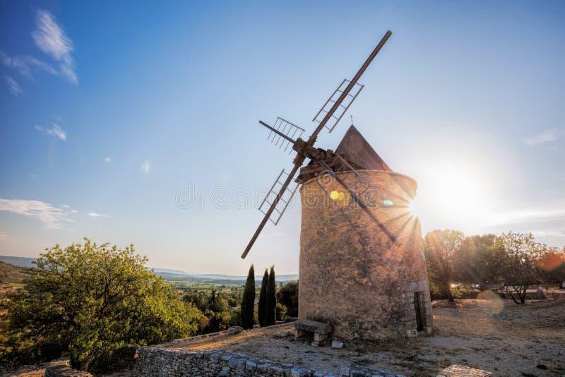 Vieux moulin à vent en pierre contre le coucher du soleil dans des les Appartement, Provence, France de Saint Saturnin photo stock