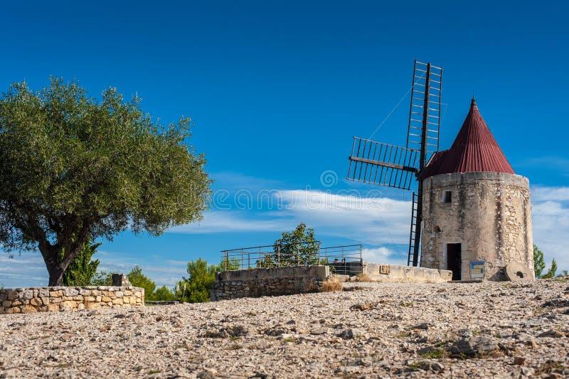 Vieux moulin à vent en pierre de Daudet en Provence photographie stock libre de droits