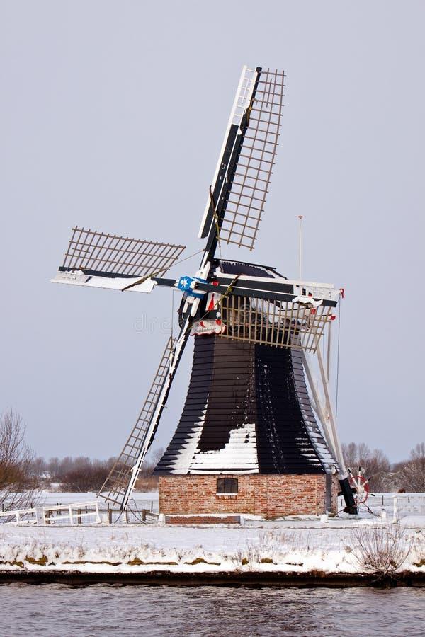 Vieux moulin à vent hollandais dans un horizontal de l'hiver photographie stock