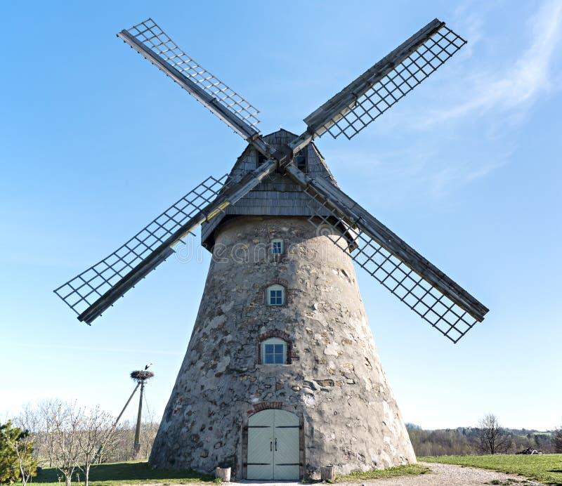 Vieux moulin à vent, Lettonie, l'Europe photo libre de droits