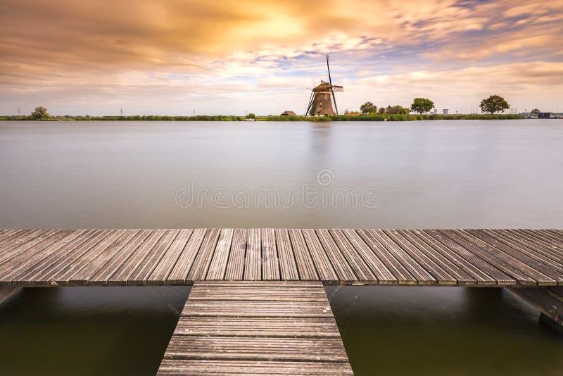 Vieux moulin à vent traditionnel néerlandais situé à Rottemeren pendant le coucher du soleil image libre de droits
