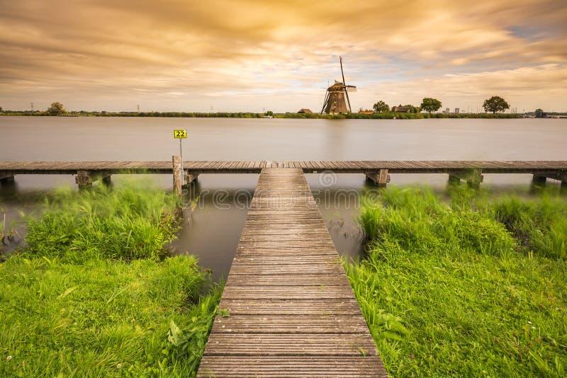 Vieux moulin à vent traditionnel néerlandais situé à Rottemeren pendant les soleils photos libres de droits