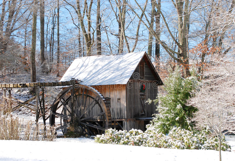 Vieux moulin dans la neige image libre de droits