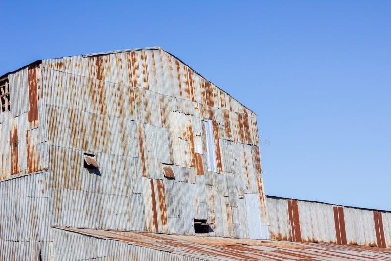 Vieux moulin de plan rapproché fait de fer galvanisé rouillé photographie stock
