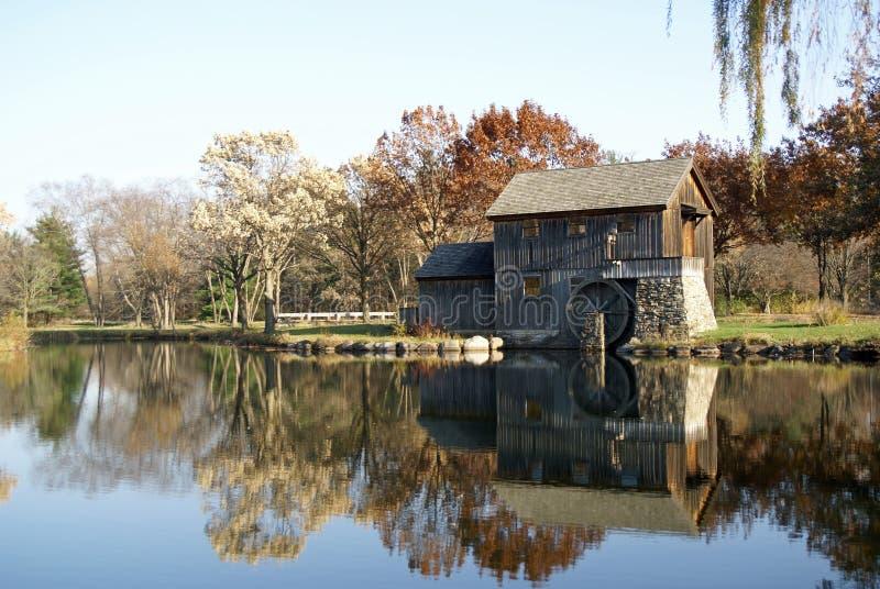 Vieux moulin de texture en automne images libres de droits