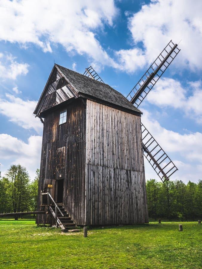 Vieux moulin en bois dans la campagne photos libres de droits