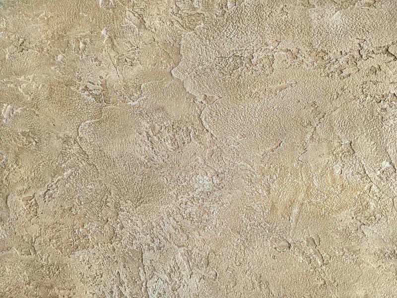 Vieux mur beige couvert de plâtre inégal Texture de la surface minable de pierre de sable de vintage, plan rapproché images libres de droits