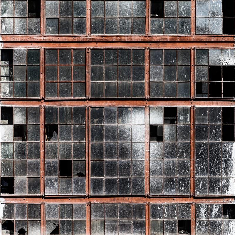 Vieux mur de bâtiment avec le verre de fenêtres cassé sale images stock