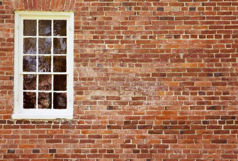 Vieux mur de briques avec l'hublot image libre de droits