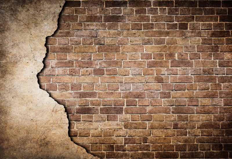 Vieux mur de briques avec le stuc partiellement endommagé photographie stock libre de droits