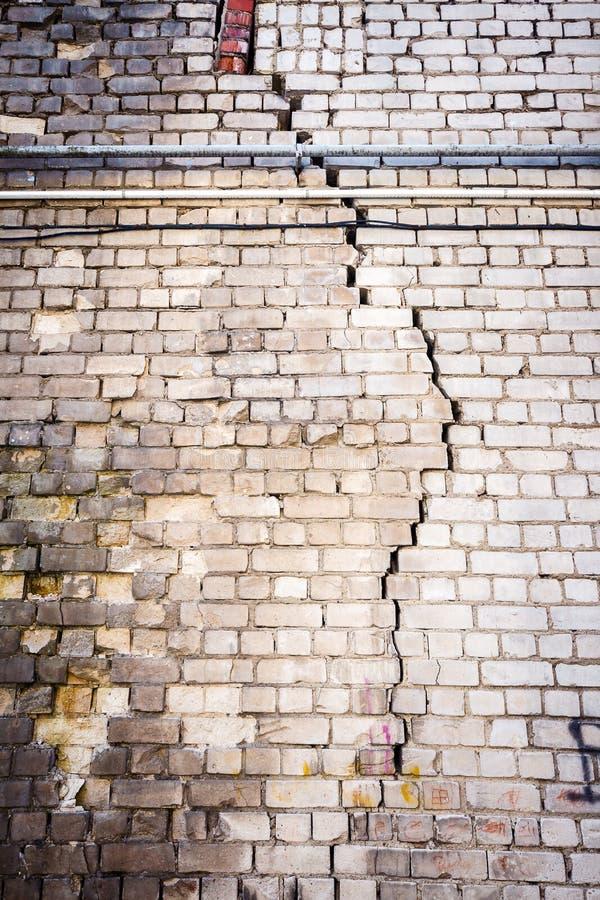 Vieux mur de briques blanc criqué photographie stock