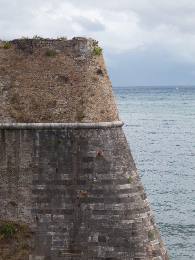Vieux mur de briques de château de coin de fort photo stock
