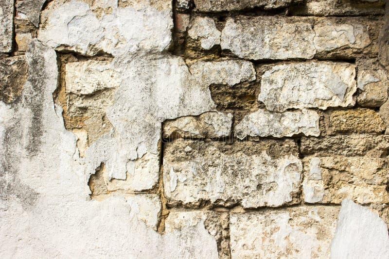 Vieux mur de briques endommagé avec le plâtre fond et textures photo stock