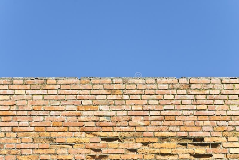 Vieux mur de briques italien avec contre un ciel clair images libres de droits