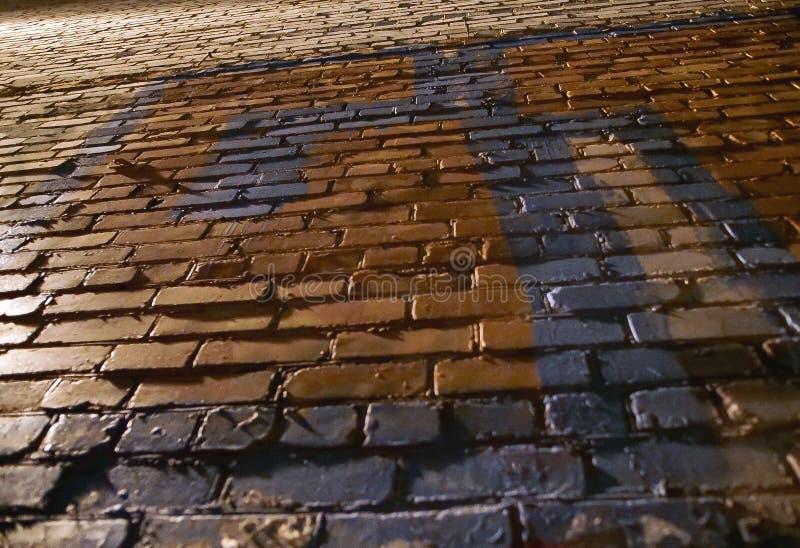 Vieux mur de briques peint rugueux, vue de dessous photographie stock libre de droits