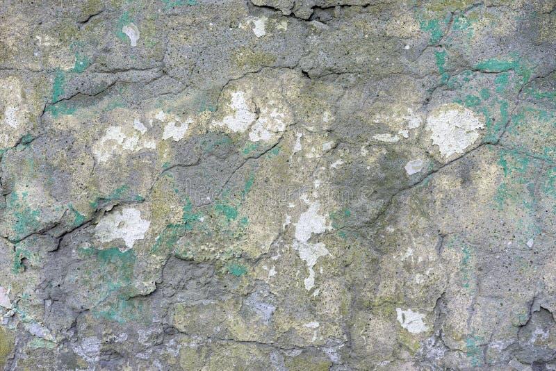 Vieux mur de briques plâtré avec des fissures et des traces de peinture photos libres de droits