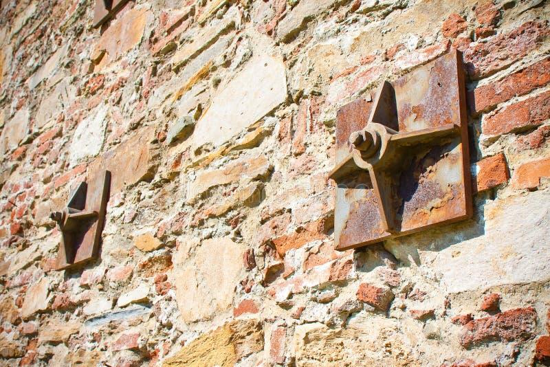 Vieux mur de briques renforcé avec des plaques de métal image libre de droits