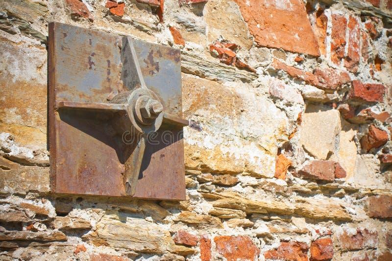 Vieux mur de briques renforcé avec des plaques de métal photo libre de droits