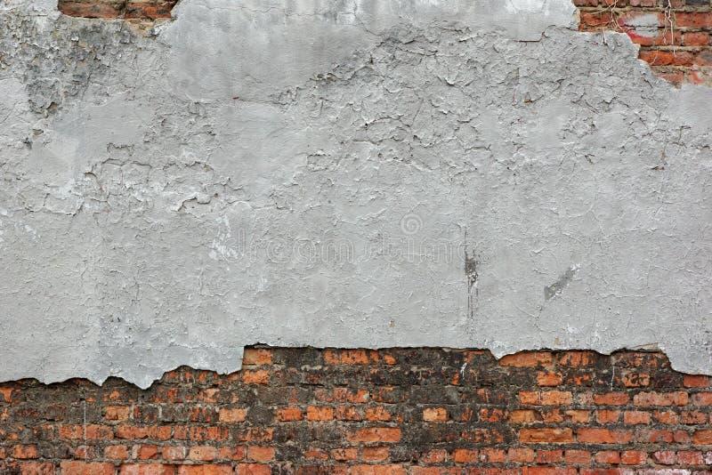 Vieux mur de briques rouge avec Grey Plaster Background endommagé images libres de droits