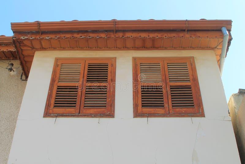 Vieux mur de maison avec deux fenêtres photographie stock libre de droits