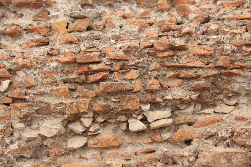 Vieux mur des briques rouges et de la peinture broyée et fendue de blanc vieille Rouge, terre cuite et fond blanc de brique Vieux photo stock