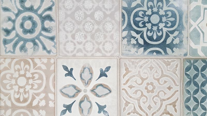 Vieux mur des carreaux de céramique colorés pour le fond photos stock