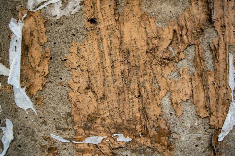 Vieux mur en béton avec des traces de colle des annonces image stock