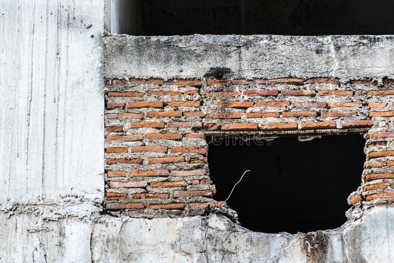 Vieux mur en béton avec les tuiles cassées dans le bâtiment abandonné photos libres de droits