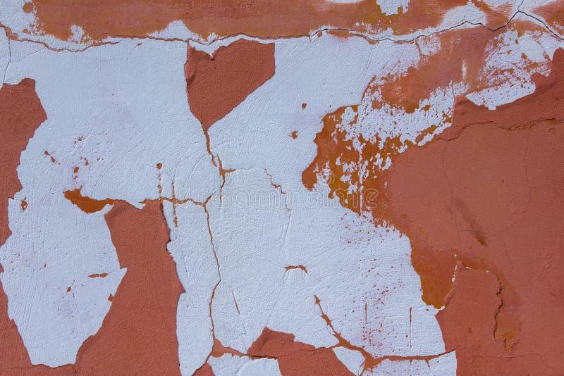 Vieux mur en béton rose rouge minable endommagé avec des éraflures, des fissures et des taches blanches de peinture Texture de su photos libres de droits