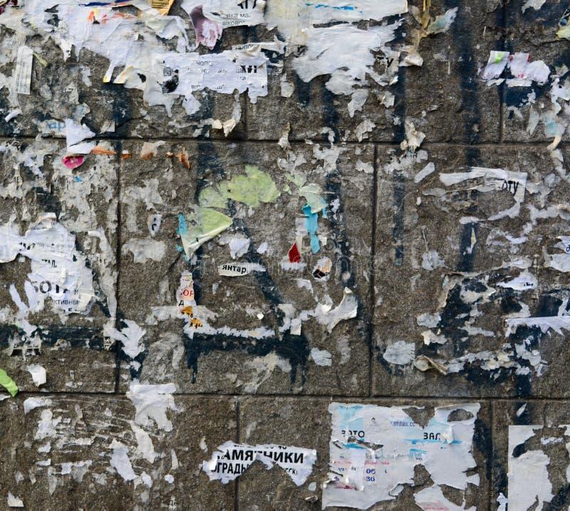 Vieux mur en béton sale urbain avec l'affiche de papier épluchée portée déchirée, ADS photographie stock libre de droits
