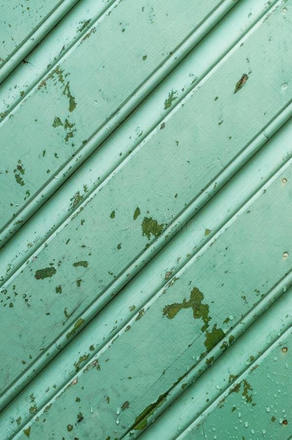 vieux mur en bois vert avec la peinture d 39 pluchage et les gouttes de l 39 eau image stock image. Black Bedroom Furniture Sets. Home Design Ideas