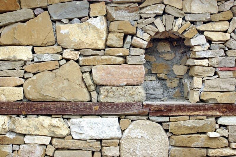 Vieux mur en pierre avec le créneau images stock