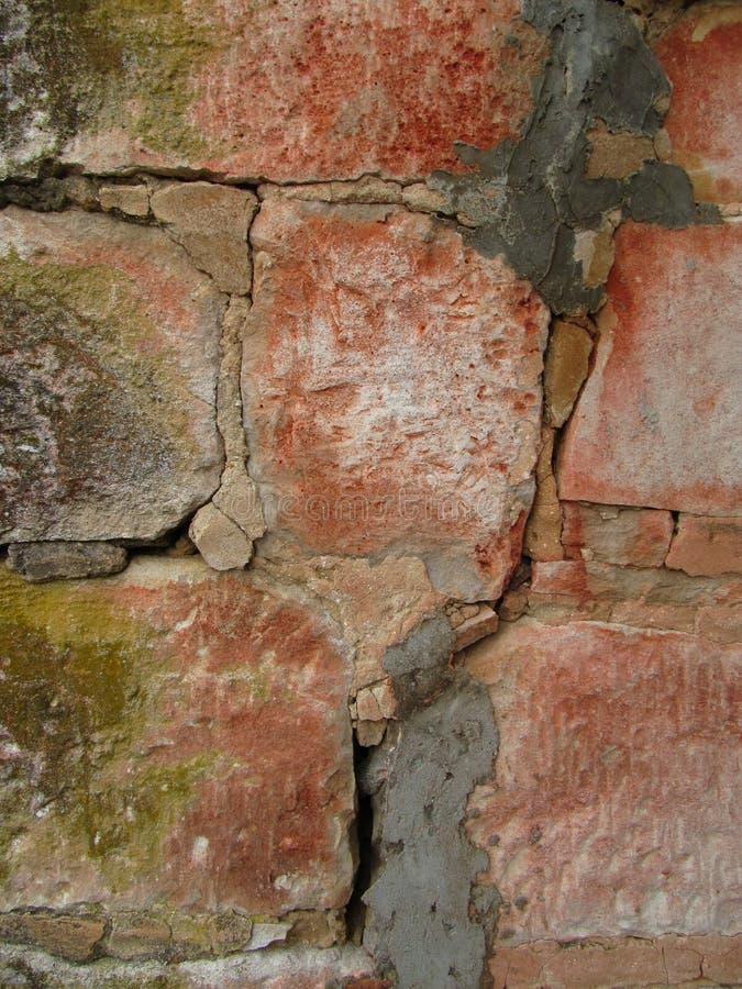 Vieux mur en pierre criqué de cheminée photos stock