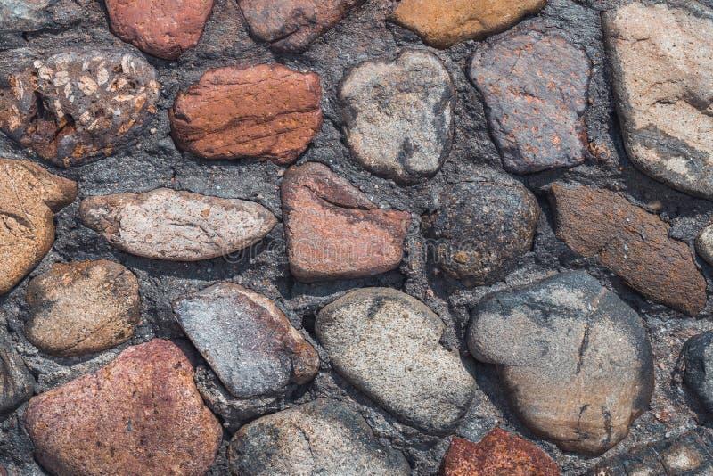Vieux mur en pierre des pierres et des briques assorties photographie stock