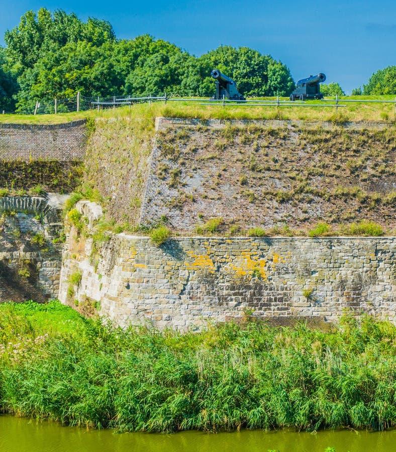 Vieux mur en pierre massif de la défense avec des canons photographie stock libre de droits
