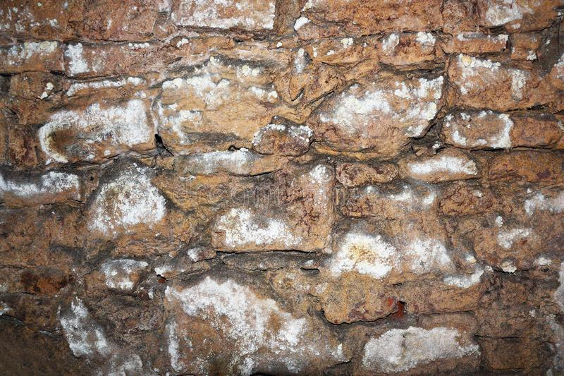Vieux mur en pierre sur le sous-sol images libres de droits