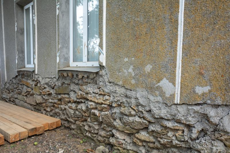 Vieux mur endommagé d'une maison de sabre avec une base s'effondrante de la maison photographie stock libre de droits