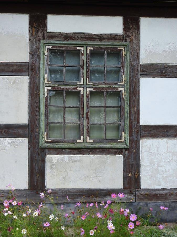 Vieux mur et fenêtre à la maison photo stock