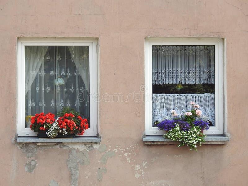 Vieux mur et fenêtres à la maison photos stock